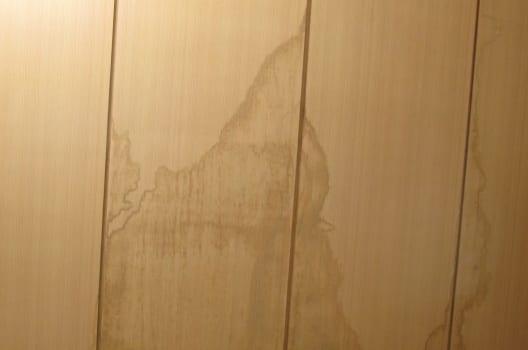 雨漏り症状は壁紙のシミに現れる?気づいたら早く原因を特定しよう