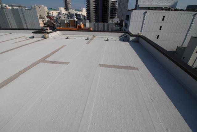 屋上の防水工事4種の基礎を知ろう!比較したい費用や耐用年数も紹介
