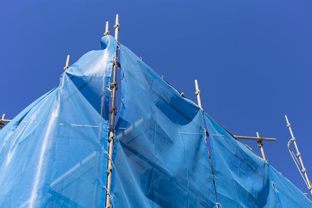 屋根の雨漏りはブルーシートが有効!設置方法や設置後の対応について