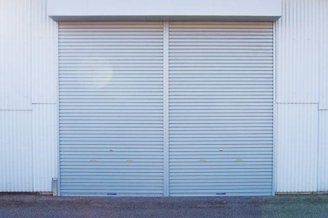 倉庫の屋根修理方法は3つ!塗り替え・カバー工法・葺き替え費用相場