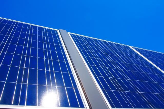 屋根の葺き替え工事|太陽光パネル設置にかかる費用相場を解説します
