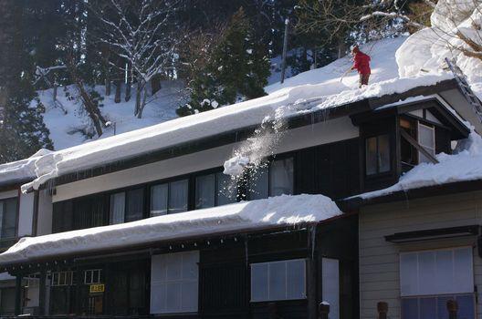 屋根の雪下ろしは危険!雪下ろしに変わる有効な対策3選