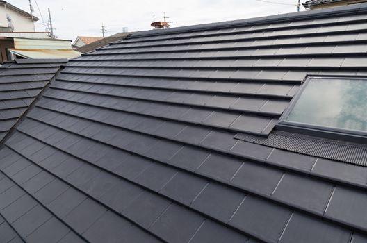 雨漏りは塗装で防げるのか?屋根塗り替えの正しい役割