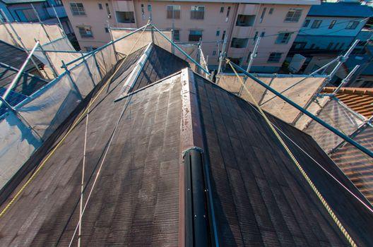 屋根塗装の役割と雨漏りへの影響