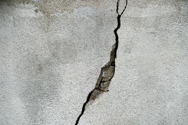 原因(1)外壁などのひび割れ